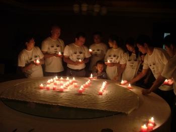 Вечер памяти со свечами в годовщину «меламинового скандала». Пекин. 11 сентября 2009 год. Фото с epochtimes.com