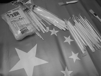 Китайские «стерильные палочки для еды» упаковывают заключенные в антисанитарных условиях. Фото с epochtimes.com