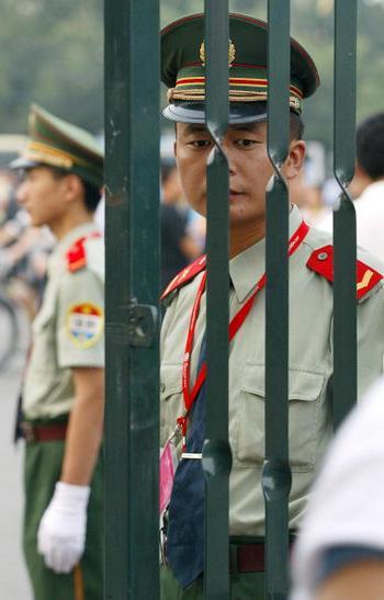 Готовясь отмечать свой праздник 1 октября, китайская компартия усилила охрану в Пекине. Фото: AFP/Getty Images