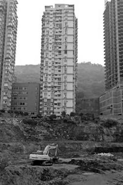 Из-за рытья котлована слишком близко, 28-этажное здание перекосилось. Фото с epochtimes.com