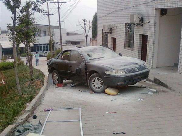 Разбитые автомобили руководства школы. Фото: The Epoch Times