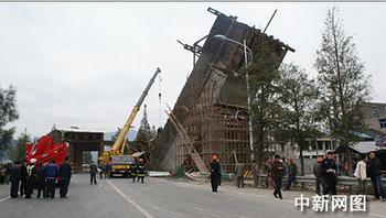 В городе Вэньчжоу провинции Чжецзян рухнул строящийся мост. 14 ноября 2009 год. Фото с epochtimes.com