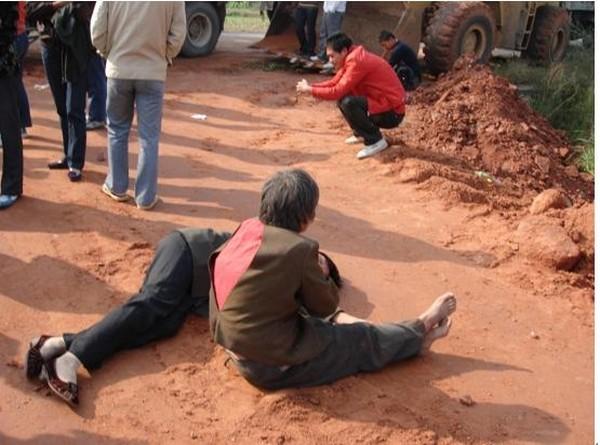 Пострадавшие от рук бандитов крестьяне. Посёлок Хуанчжай провинции Чжецзян. Фото с epochtimes.com