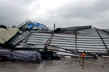 От сильного ветра тайфуна Koppu рухнул цех завода в городе Чжуншань провинции Гуандун. Фото с epochtimes.com