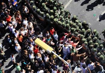 Около тысячи ханьцев в Урумчи требуют отставки секретаря парткома Синьцзян-Уйгурского автономного района Вана Лэцюаня. 4 сентября 2009 год. Фото: AFP