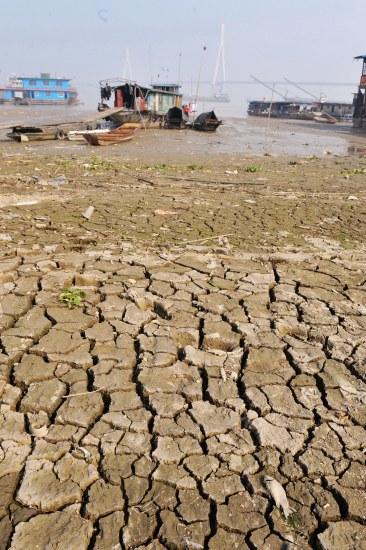 В результате засухи значительно понизился уровень воды на озере Дунтин. 17 октября 2009 год. Фото с secretchina.com