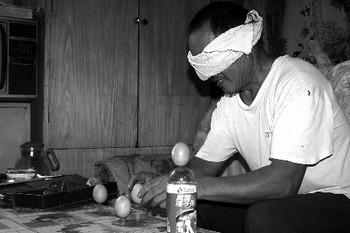 После 50 лет тренировки Лю может с завязанными глазами поставить вертикально куриные яйца. Фото с epochtimes.com