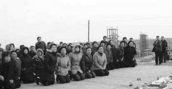 Крестьяне на коленях просят администрацию химического завода прекратить отравлять окружающую среду. Деревня Вэй провинции Шаньдун. 5 марта 2008 год. Фото с epochtimes.com