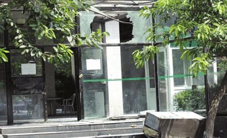 Мужчина молотком разбил окна около 30 автомобилей в подземной стоянке. Город Ченду провинции Сычуань. Фото с epochtimes.com