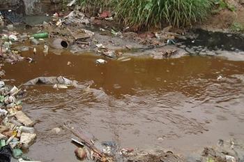 Каждую секунду в реку Янцзы сбрасывается более тысячи тонн грязной воды. Фото с epochtimes.com