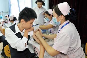 Пекинским школьникам делают прививку вакцины против гриппа H1N1. Фото с epochtimes.com