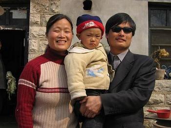 Адвокат Чень Гуанчен с женой и сыном. Фото с epochtimes.com