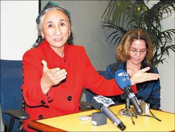 Лидер уйгуров Рабия Кадыр на пресс-конференции в Вашингтоне потребовала извинений от правительства Тайваня за обвинение её в связи с террористами. 25 сентября 2009 год. Фото: The Liberty Times