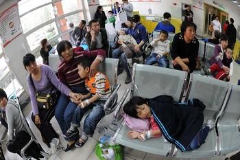 Дети с признаками гриппа ждут приёма в одной из детских больниц Пекина. 27 октября 2009 год. Фото с epochtimes.com