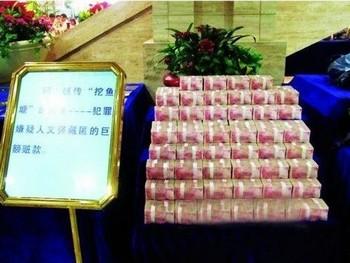 Упаковки денег, выловленные из пруда. Фото с epochtimes.com