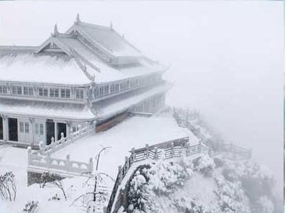 Храм на горах Эмэй. Фото с zhengjian.org