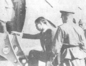 Советские солдаты отправляют Пу И в СССР в заключение. 7 августа 1945 год. Фото с secretchina.com