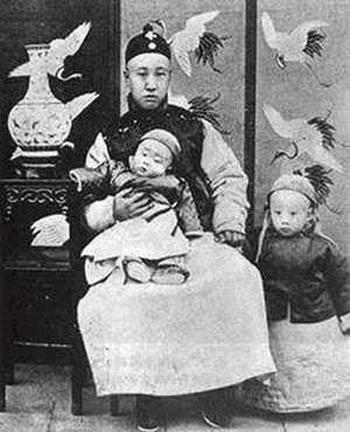 Маленький Пу И (справа) с отцом и братом. Фото с secretchina.com