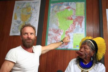 Британский певец и активист Стинг 22 ноябра 2009 года во время пресс конференции указывает Раони, руководителю бразильских индейцев Чайпо, на карте место, где планируется построить гидроэлектростанцию на реке Синьгу в Сан Паулу, Бразилия