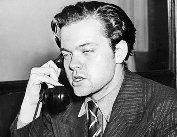 МЕЧТАТЕЛЬ: известный актер и режиссер Орсон Уэллс 30 октября 1938 года отвечает на вопросы журналистов после трансляции по радио его «Войны миров», создавшей панику на территории всех Соединенных Штатов.  Фото с сайта theepochtimes.com