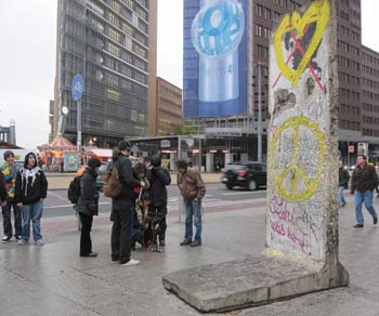 Фрагмент Берлинской стены. Со временем у западной стены стали собираться артисты и художники. Стена покрывалась рисунками и   граффити - некоторые из них сейчас известны всему миру. Фото: Ирина Лаврентьева/Великая Эпоха