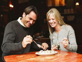 Питание с семьей или с друзьями замедляет процесс принятия пищи, создает интерес и сближает людей. Фото с epochtimes.co.il