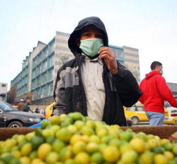 Грипп стучится в дверь. Так как источник вируса - только человек, значит, чем меньше людей, тем меньше шансов заболеть. Фото: VIKTOR DRACHEV/AFP/Getty Images