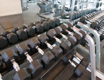 Использовать в упражнениях свободные отягощения гораздо эффективнее, чем полагаться на тренажеры с фиксированными утяжелениями, которые не тренируют тело полноценно. Фото: Photos.com