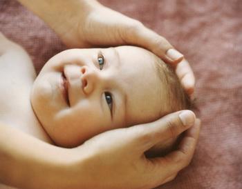 В грудном возрасте массаж особенно важен, так как первые месяцы жизни восприятие ребенка осуществляется в основном через кожу. Фото: Lisa Spindler Photography Inc./Getty Images