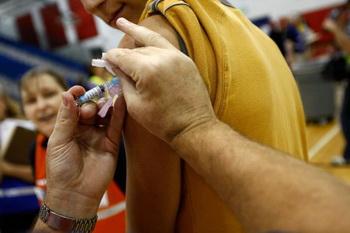 Вакцинация полным ходом идет в Александрии. Штат Вирджиния, США. Фото: Win McNamee/Getty Images