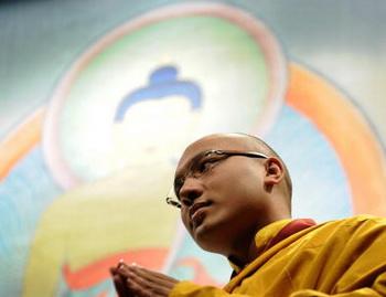 Тибетский монах во время молитвы. Фото: EMMANUEL DUNAND/AFP/Getty Images