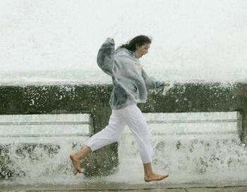 Приятно походить босиком по лужам после тёплого летнего дождика. Фото: Win McNamee/Getty Images