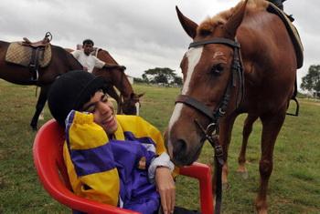 Общение с лошадью  помогает почувствовать теплоту и природную доброту, исходящую от живого существа. Фото: DIBYANGSHU SARKAR/AFP/Getty Images
