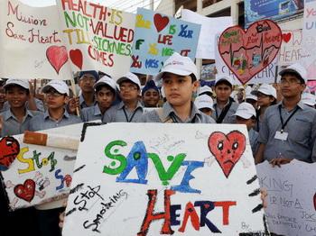 Индийский мальчик держит плакат с надписью