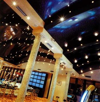 Эффект звездного неба, выполненный по технологиям натяжного потолка NEWMAT. Фото: С сайта know-house.ru