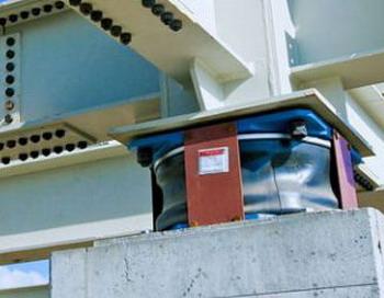 Маятниковые изоляторы, отделяющие фундамент и гасящие колебания. Фото: С сайта inhabitat.com