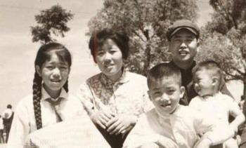 Сунь Цзинхуа со своей семьей. Фото с семейного архива