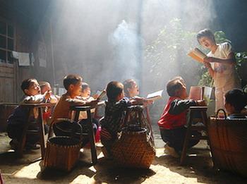 Дети из китайской деревни собираются утром для традиционного совместного чтения. Китайские школьники каждое утро перед уроком читают хором. Фото: Xu Jian/ Великая Эпоха