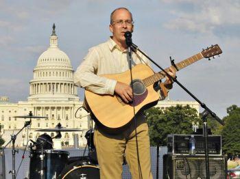 Андерс Эрикссон спел и сыграл во имя свободы в Китае во время концерта в Эспланаде (National Mall) в Вашигтоне, О.К. 19 июля. Фото: Khosro Zabihi
