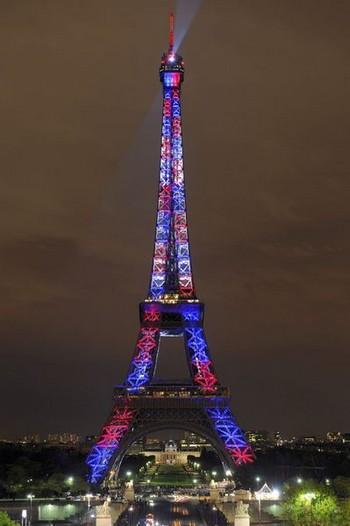 Иллюминация Эйфелевой башни с помощью более 400 LED-проекторов высоких технологий в честь ее 120-летия. Фото: Bertrand Guay /AFP /Getty Images