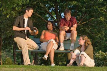 Делая акцент на индивидуальности и развивая навыки управления межличностными отношениями, можно сократить ваши расходы, исходящие от стремления показать себя в выгодном свете. Фото: photos.com