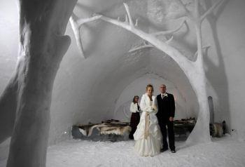Шведские пары стоят в часовне в ледовом отеле в Юккасярви 9 января 2009 года после церемонии бракосочетания. Фото: Olivier Morin/AFP/Getty Images