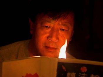 Хе Тянь Ин (исполнитель роли - дебютант Жун Тянь) должен противостоять своей совести в фильме