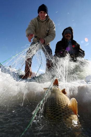 Особую осторожность следует проявлять на льду реки. Фото: TMUSTAFA OZER/AFP/Getty Images