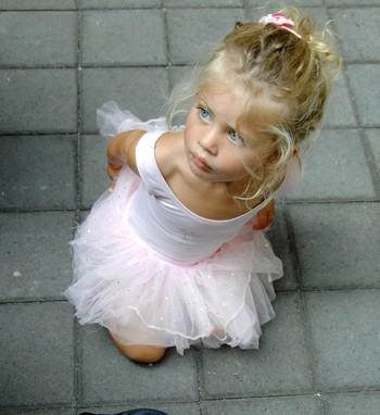 Маленькая девочка одета как балерина. Фото: SONNY TUMBELAKA/AFP/Getty Images