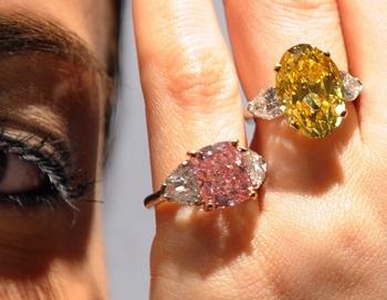 Самый дорогой бриллиант. Модель называется «Яркой Гвоздикой» Фото:  MIKE CLARKE/AFP/Getty Images