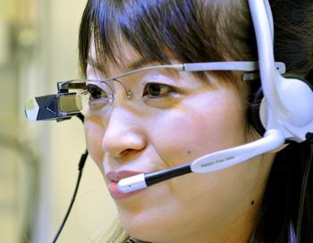 Tele Scouter появится в продаже в Японии в ноябре 2010 года.  Фото: YOSHIKAZU TSUNO/AFP/Getty Images