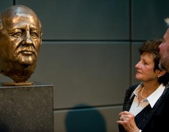 Бюст Президента фонда Всемирного дня мужчин Михаила Горбачёва в Берлине. Фото: Leon Neal/AFP/Getty Images