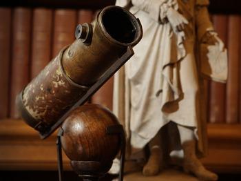 Великие открытия и изобретение, изменившие мир. Один из первых телескопов, сделанный Исааком Ньтоном. Фото: Peter Macdiarmid/Getty Images