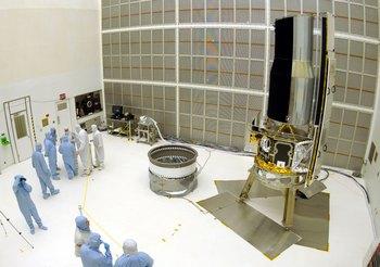 Великие открытия и изобретение, изменившие мир. Сотрудники СМИ исследуют свойства Космического инфракрасного телескопа, находящегося в стерильной комнате Космического центра Кеннеди 28 марта 2003 в Мысе Канаверал, Флорида. Фото: Matt Stroshane/Getty Images